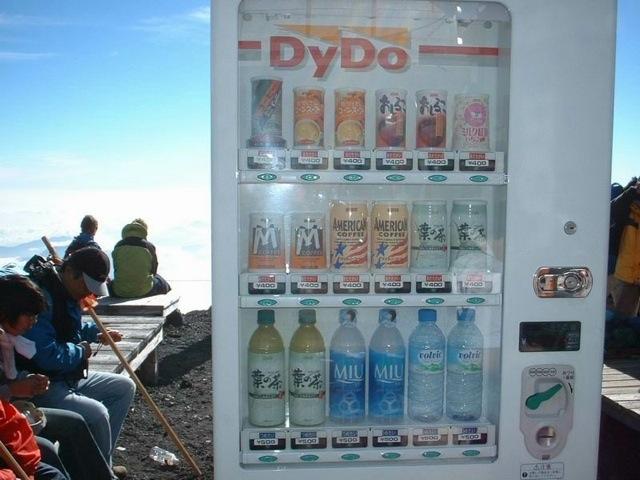 И напоследок, самый обычный торговый автомат в необычном месте-на горе Фудзи