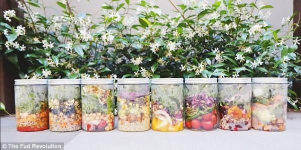 В автомат каждый день загружаются свежие салаты, приготовленные из продукции местных производителей.