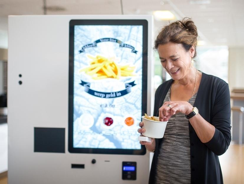 Луиза Фреско из исследовательского центра университета Вагенинген пробует первую партию картофеля.