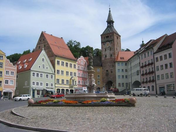 Идиллический баварский городок неожиданно попал на первые полосы газет благодаря инновации в сфере искусства.
