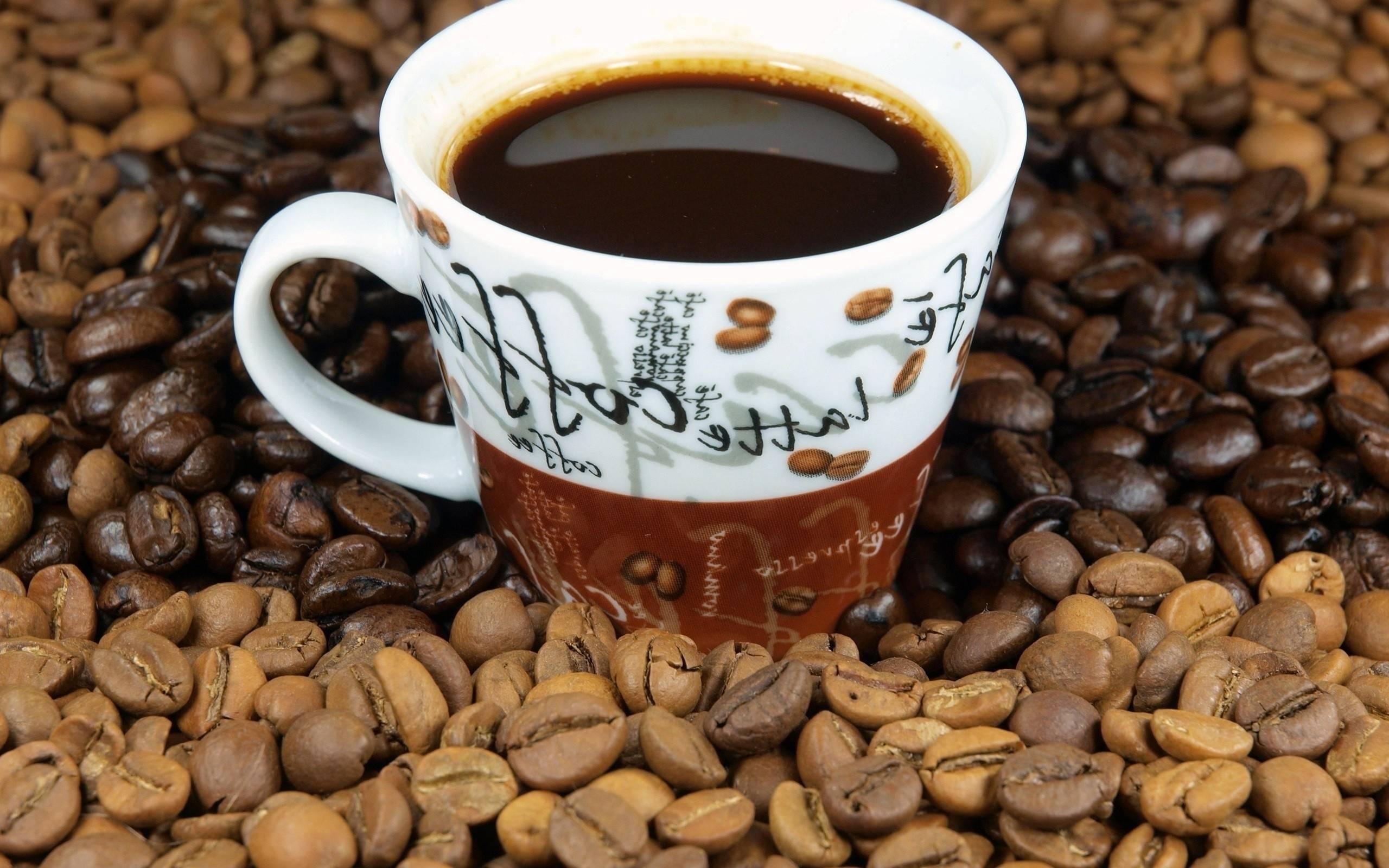 чашка кофе в зернах