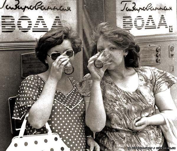 Дамы пьют газированную воду