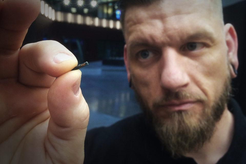 Зачем шведы добровольно вживляют себе чипы